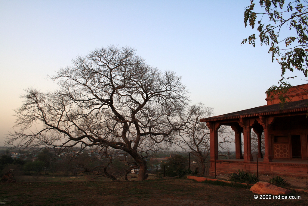 The evening light cast a warm glow on the reddish sandstone structures of Fatehpursikri.