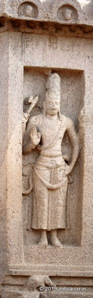 Standing figures on the outer wall of the Arjuna Ratha